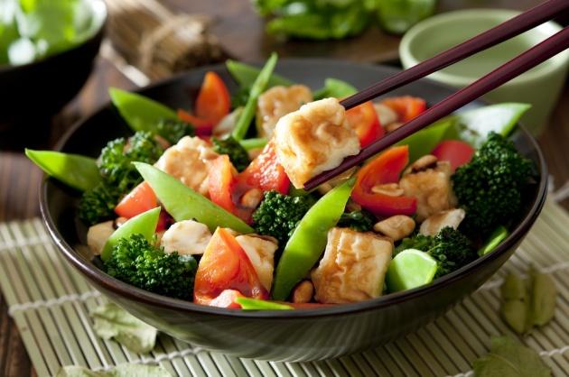 חגיגה צבעונית במחבת: קוביות עוף על ירקות מוקפצים