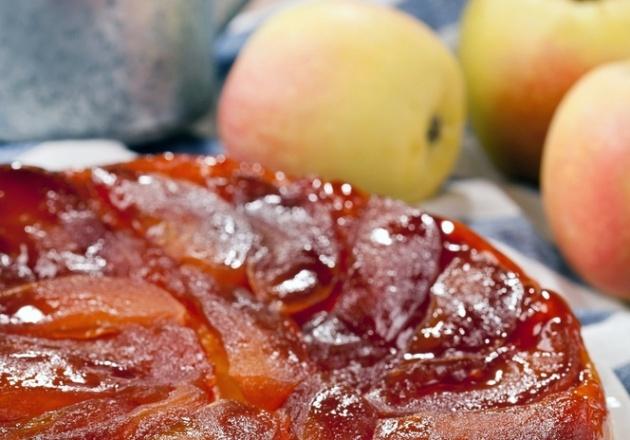טארט טטאן של פירות עסיסיים ובצק פריך