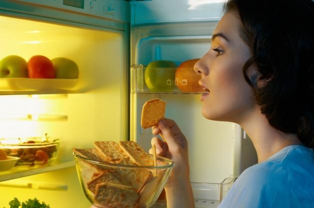 חוטפת משהו מהמקרר באמצע הלילה? דעי מה בריא לאכול לפני השינה