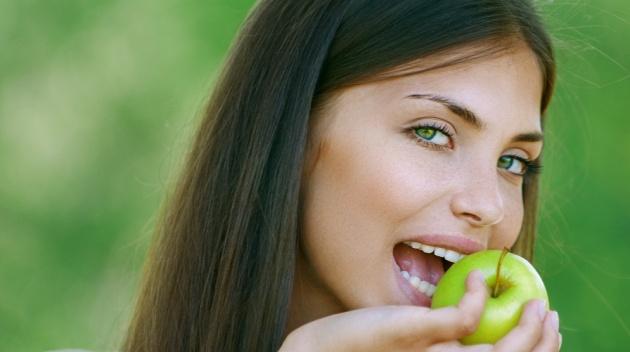 למה בכל הכתבות על תזונה תמיד יש אישה עם תפוח?
