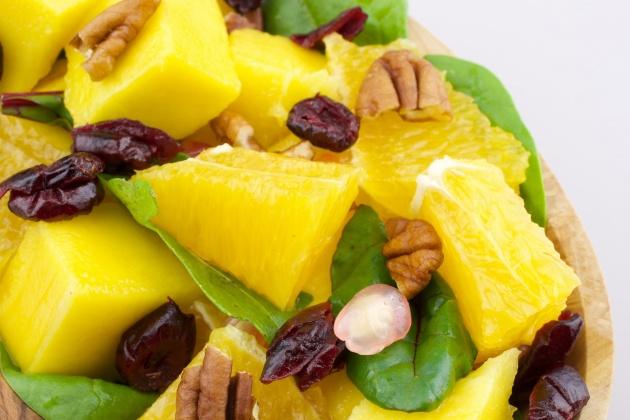 לאכול בלי מצפון: סלט מנגו ועלים