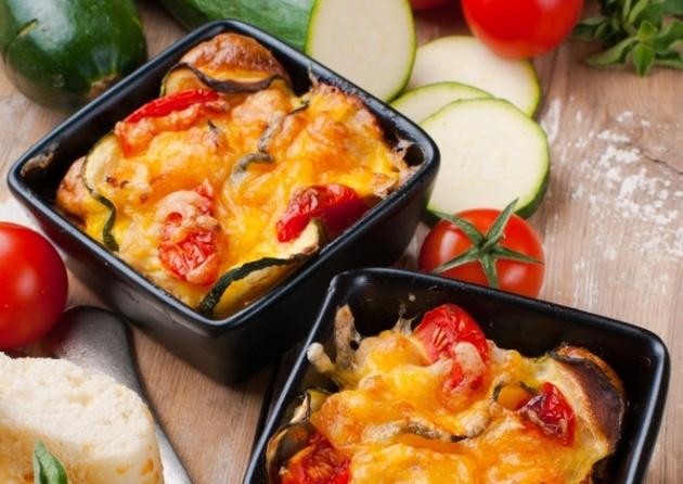 שכבות של ירקות נפלאים, גבינות ורוטב