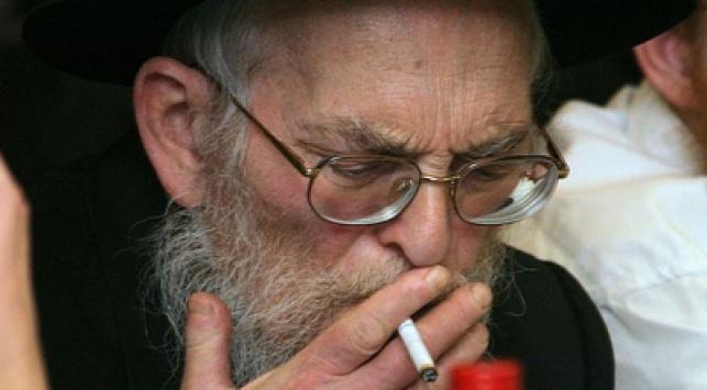 חרדי מעשן סיגריה (צילום: כיכר השבת)