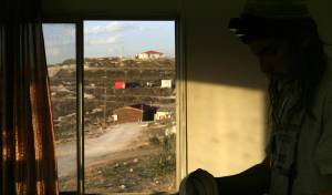 יהודי מתפלל על רקע השומרון (צילום: פלאש 90)