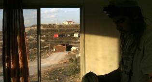 """יהודי מתפלל על רקע השומרון (צילום: פלאש 90) - """"צה""""ל נערך לקליטת אזרחים בשומרון"""""""