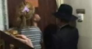 קרובי הנערה מנסים לחלצה. הדלת נעולה (ערוץ 10)