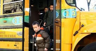 ילד בברוקלין יורד מאוטובוס - בהלה בברוקלין: תלמידים נשלחו לבית