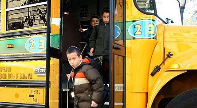 ילד בברוקלין יורד מאוטובוס