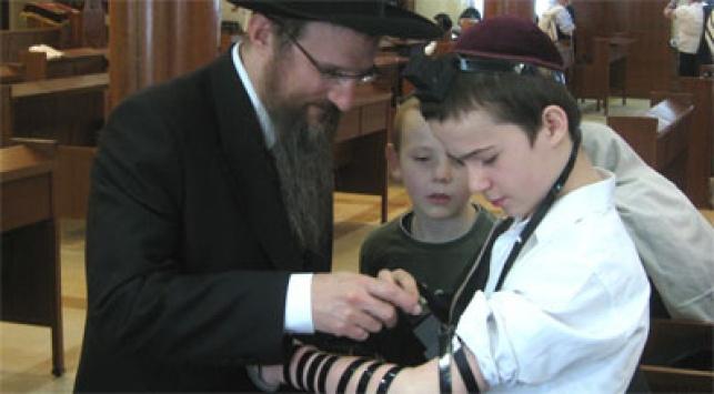 """הרב לאזאר והנער, צילום: יח""""צ"""