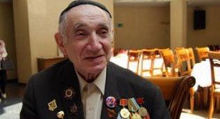 אחד החיילים, לבוש כיפה, במהלך האירוע בבית-הכנסת - רוסיה: החיילים היהודים חגגו