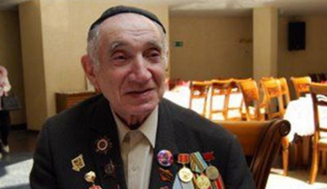 אחד החיילים, לבוש כיפה, במהלך האירוע בבית-הכנסת