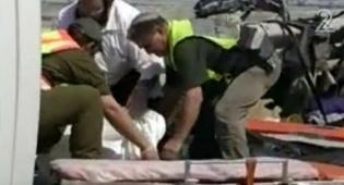 """מפנים את אחת הגופות, היום (צילום: ערוץ 2) - """"ראיתי ילדים מתים והתחלתי לבכות"""""""