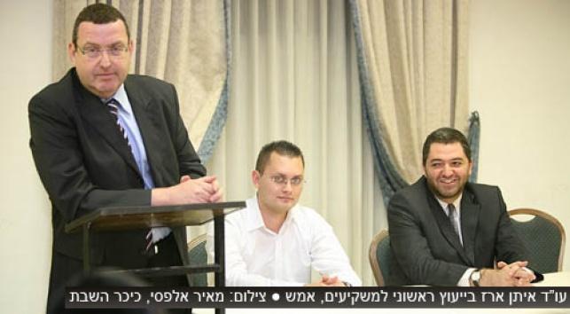 עורכי הדין במפגש עם הנפגעים, אמש (צילום: כיכר)