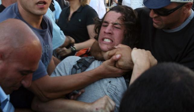 שוטרים משתלטים על צעיר חרדי בהפגנה (פלאש 90)