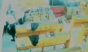 מכים את רב בית-הכנסת (צילום: ערוץ 2)
