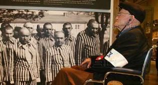 ניצול שואה על רקע אסירים במחנה - ניצולי השואה יקבלו תוספת לקצבה