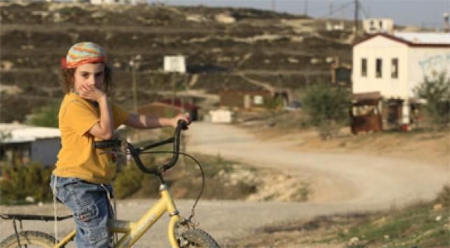 ילד על רקע התנחלות, צילום: פלאש 90