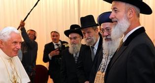 הרבנים מקבלים את פני בנדיקטוס. צילום: פלאש 90 - האפיפיור בישראל: הרב לאו זעם, הרבנים הראשים ארחו