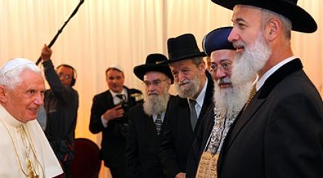 הרבנים מקבלים את פני בנדיקטוס. צילום: פלאש 90