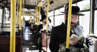 """חרדים באוטובוס. צילום: פלאש 90 - """"לא נהיה בני ערובה של חברת התחבורה"""""""