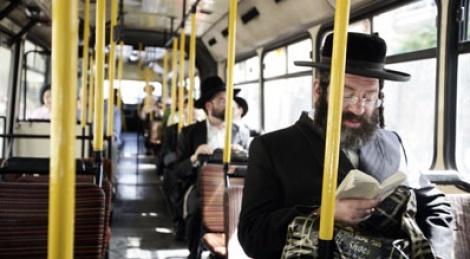 חרדים באוטובוס. צילום: פלאש 90