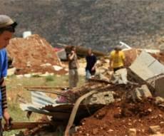מתנחל על רקע בית הרוס, צילום: פלאש 90