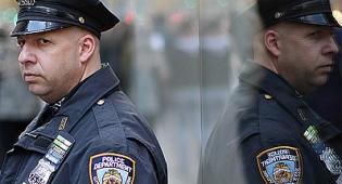 אבטחה ליד מרכז יהודי בניו יורק (פלאש 90) - סוכל פיגוע תופת בבית כנסת בניו יורק