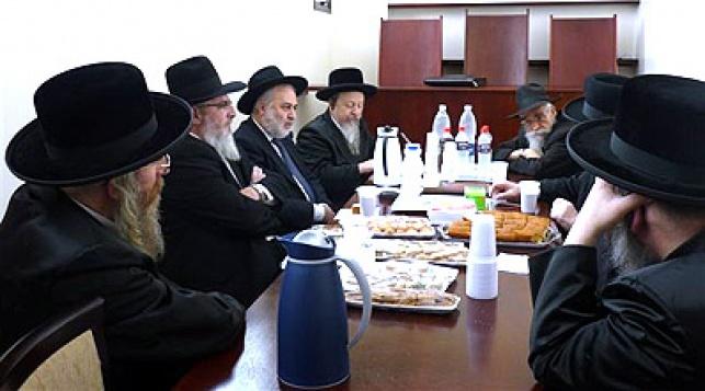 הרבנים בפגישה עם רב החברה