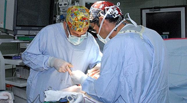 רופאים בחדר ניתוח. צילום: כיכר השבת