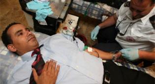 תרומת דם. למצולמים אין קשר לכתבה. צילום: פלאש 90 - יש לכם דם? בואו לתרום!