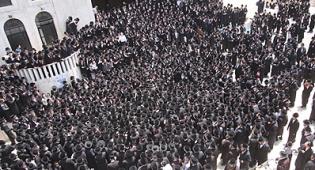 אלפים במסע ההלוויה. צילום: משה גולדשטיין