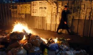 המפגינים שורפים זבל. צילום: פלאש 90