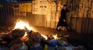"""המפגינים שורפים זבל. צילום: פלאש 90 - שוב מפגינים: """"שחררו את העצורים"""""""