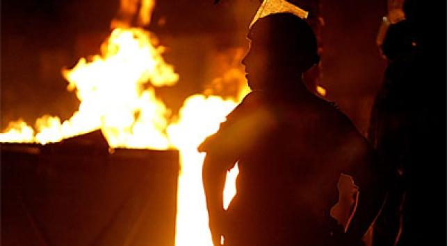 שריפת פחים בכיכר השבת. אמש בי-ם. צילום: פלאש 90