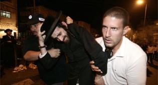שוטרים בלי מדים. מעצר מפגין אמש. צילום: פלאש 90
