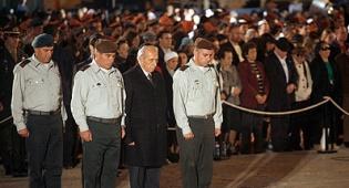 הנשיא במהלך הטקס אתמול. צילום: פלאש 90 - יום הזיכרון: ראשי המדינה מתאבלים ומזהירים