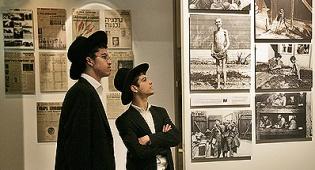 חרדים במוזיאון יד ושם. צילום: פלאש 90 - בקרוב בירושלים: מוזיאון השואה החרדי